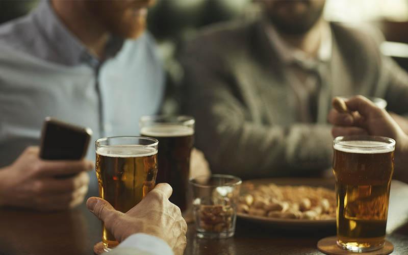 compartiendo una cerveza